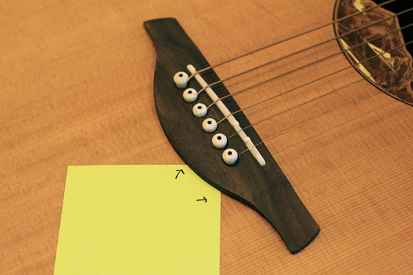 如何挑選吉他 - 要查看掀開的琴橋