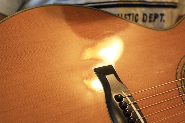 如何挑選吉他 - 要注意變形的面板