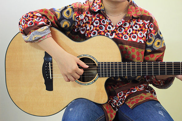 如何挑選吉他 - 正確的試琴姿勢