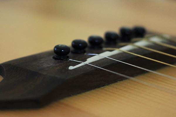 吉他弦距 - 下弦枕過低