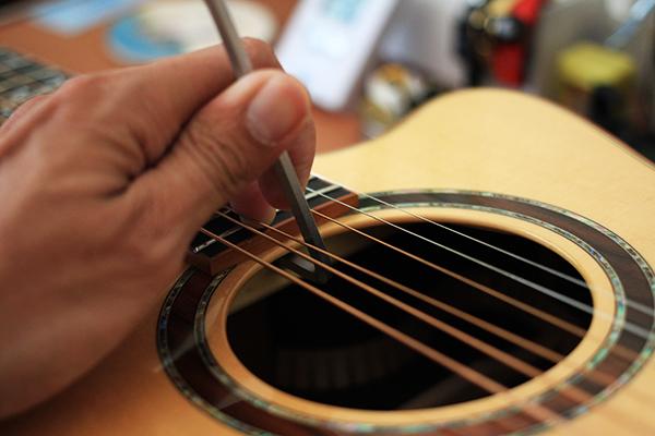 吉他弦距 - 六角扳手調整